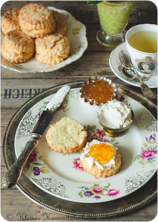 Buttermilch Bisquits mit Clotted Cream und Orangenmarmelade