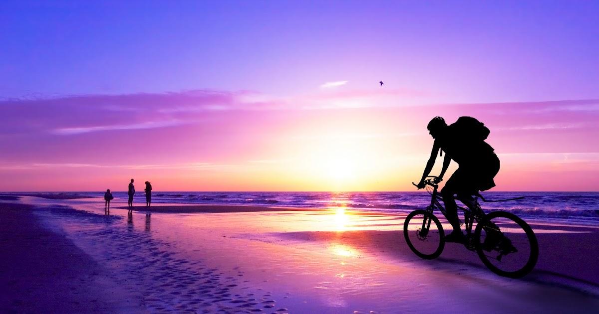 Qoltuq Yaramaz Montando Bicicleta Al Atardecer En La Playa