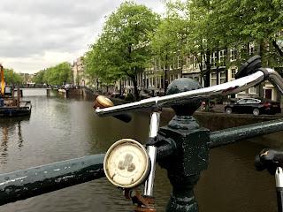 image typique amsterdam pont et vélo et canal