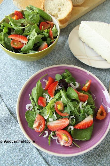 Insalata con manzo affumicato Lenti, misticanza, pomodori, fragole, zucchinette, fave e piselli