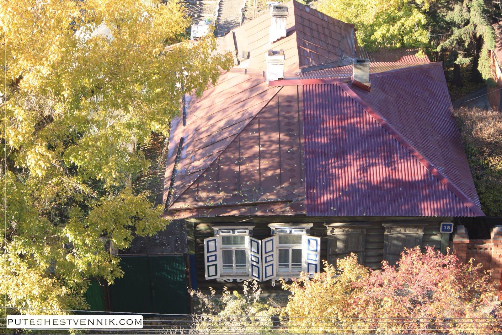 Деревянный дом осенью