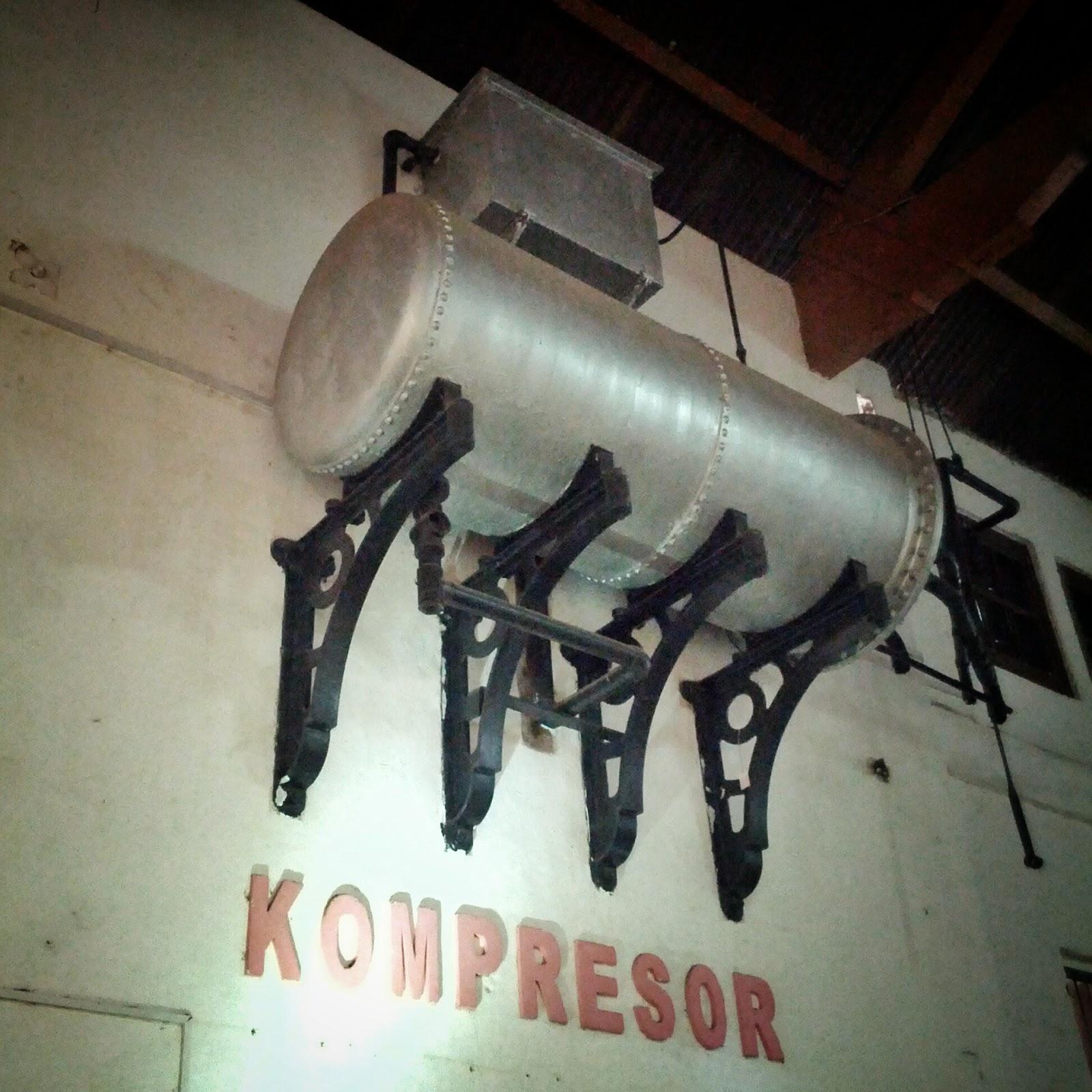 Kompresor yang digunakan untuk mengatur suhu adalah salah satu koleksi pilihan museum Goedang Ransoem Sawahlunto. sumber: firzazr.blogspot.com