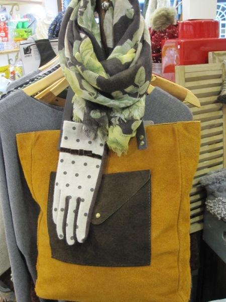 Bolso, guantes y pañuelo combinados en amarillo y marron