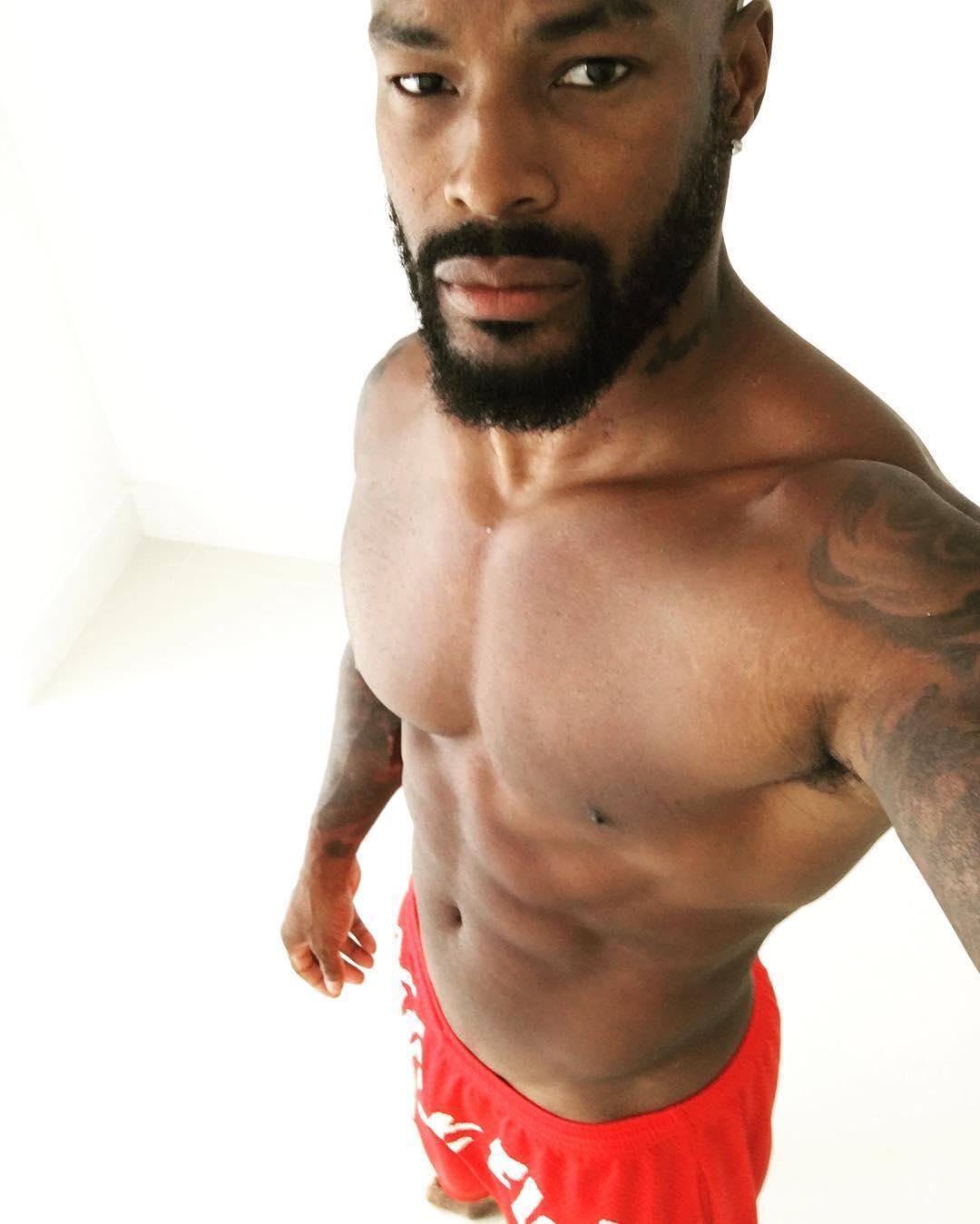 Tyson Beckford surpreendeu seguidores ao postar foto mostrando a mala