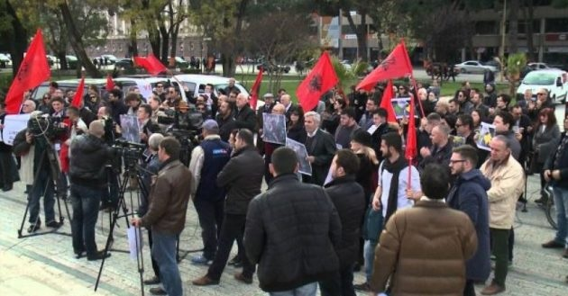 Demarcation protest in front of Kosovo Embassy in Tirana: We have no land to spare