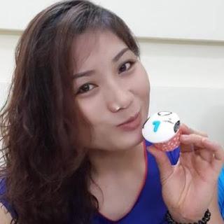 """Sau đàn chị - HLV Hà Thụ Dậu (NHCT) thì HLV Phạm Thị Yến (Thông tin Liên Việt Post Bank) là cầu thủ và HLV gắn bó với cúp quốc tế VTV - Bình Điền nhất. Thậm chí, chị còn là cầu thủ giàu thành tích nhất với 3 chiếc cúp vô địch lần 5-2011, lần 7-2013, lần 8-2014.  Nhưng có thể nói, chủ công Phạm Thị Yến trở thành cầu thủ số 1 VN một thời cũng nhờ được trưởng thành từ cúp VTV - Bình Điền. Bởi ở lần đầu tiên với tên gọi là cúp quốc tế mở rộng MHB lần 1, Phạm Thị Yến chỉ là cầu thủ trẻ triển vọng sau các đàn chị: Hà Thu Dậu, Phạm Kim Huệ... nhưng sau đó, qua từng cúp VTV - Bình Điền thì Phạm Thị Yến cảm thấy tự tin và trưởng thành hơn khi có nhiều cơ hội được đối đầu với hàng chắn của các đội bóng nước ngoài. Sau đó, chị từng bước thay thế các đàn chị để trở thành cầu thủ tấn công số 1 ở ĐTQG và bóng chuyền Việt Nam. Đặc biệt, phong cách thi đấu dũng mãnh, nhiệt tình và cuộc sống nghiêm túc đã giúp Phạm Thị Yến được nhiều người hâm mộ yêu mến.  Nói về cúp quốc tế nữ VTV - Bình Điền qua 11 năm tham dự, Phạm Thị Yến chia sẻ: """"Mỗi năm, chúng tôi đều chờ đón cúp VTV - Bình Điền để hồi hộp chờ đón những nét độc đáo bất ngờ của BTC giới thiệu. Vì vậy, thật khó mà nói mùa giải nào hơn mùa giải nào vì cứ mỗi năm lại xuất hiện những bất ngờ thú vị trong chương trình. Riêng về chuyên môn thì mỗi mùa giải đều xuất hiện những đối thủ mới và lối chơi lạ để các cầu thủ trẻ chúng tôi học hỏi. Vì vậy, Cúp quốc tế nữ VTV - Bình Điền là một phần không thể thiếu trong cuộc sống bóng chuyền ở Việt Nam đối với chúng tôi""""  Cúp quốc tế nữ VTV9 - Bình Điền lần thứ 12 năm 2018 tại Quảng Nam, cầu thủ số 1 VN - Phạm Thị Yến chính thức trở thành HLV. Hy vọng, với vai trò mới trên băng ghế HLV, chị sẽ có những cảm xúc mới lạ hơn.  HOÀNG LIÊN"""