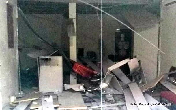 Bandidos explodem caixas eletrônicos em Condado