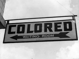 Bord (uit de jaren 60) met de verwijzing dat gekleurde mensen een andere wachtkamer moeten gebruiken
