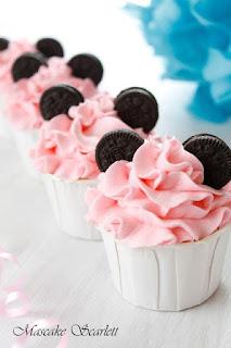 Cupcakes botez tematic Minnie Mouse cu urechi din biscuiti de cacao Oreo, crema roz, in cupa alba