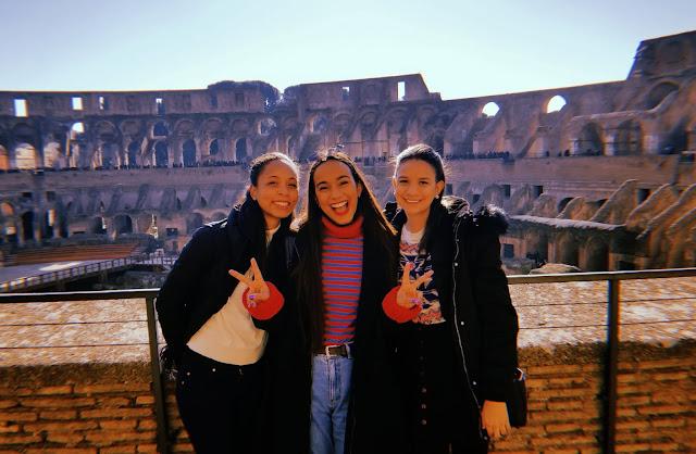 tres mejores amigas sonrientes en el coliseo romano