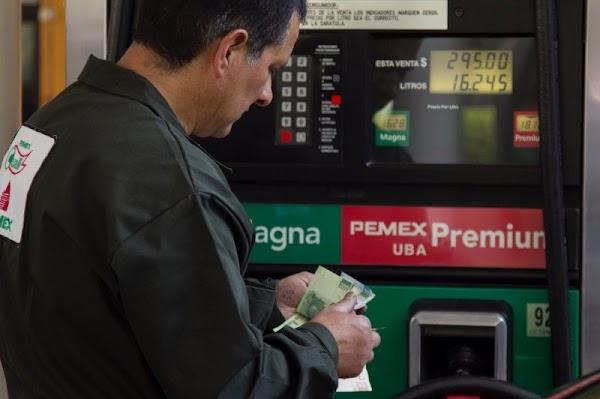"""Mientras continua el """"show"""" de Rafa Márquez, la gasolina Magna sube a 18 pesos el litro."""