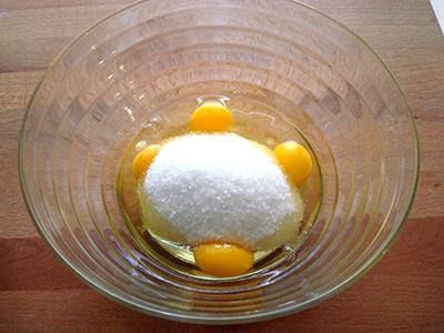Torta cocco e nutella: rompere in una ciotola le uova e unire lo zucchero