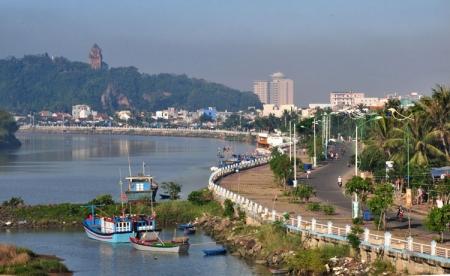 Dịch vụ cho thuê xe hợp đồng và du lịch tại Phú Yên - Bờ kè tại Tuy Hòa với nhiều quán để vui chơi, ăn uống