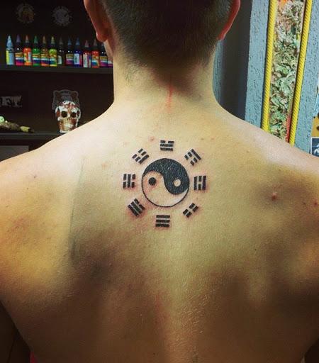 Yin Yang tatuagem com o I-Ching símbolos. Há um monte de tipos de Yin Yang tatuagem e esta é uma parte onde se combina com outro elemento, que é o I-Ching.