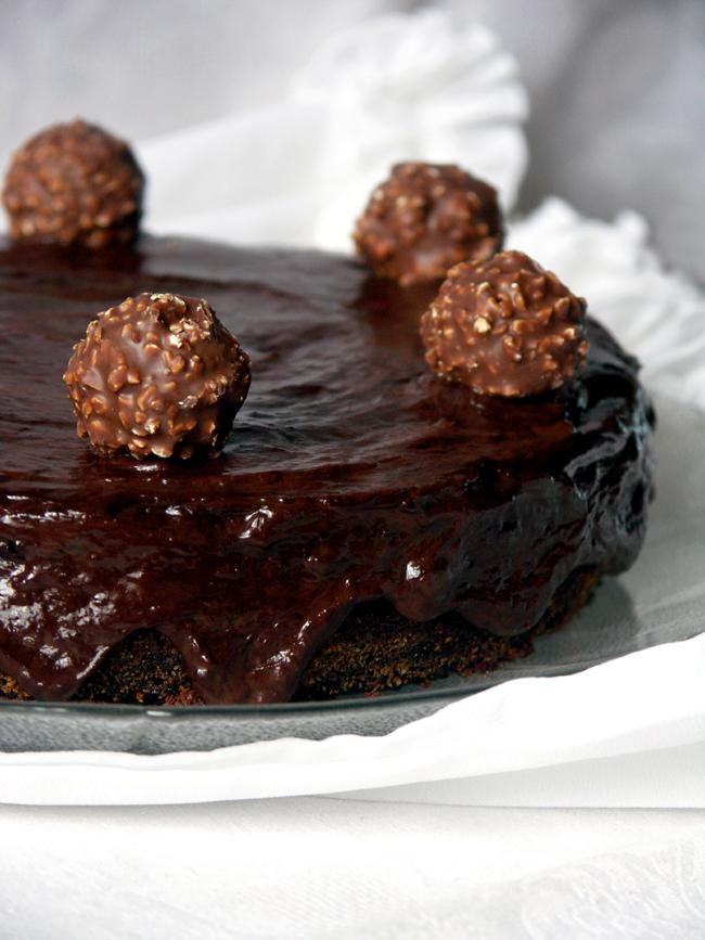 torcik czekoladowo-orzechowy z pomadą śmietanową
