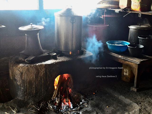Tungku menggunakan kayu bakar untuk memasak Kupat Tahu Mangunreja.