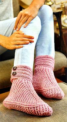 zapato tejido en crochet con puño abotonado