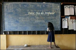 A Educação é uma coisa admirável. Mas é sempre bom lembrar, de tempos em tempos, que nada daquilo que realmente vale a pena saber pode ser ensinado. — Oscar Wilde