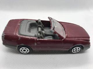 メルセデスベンツ 500SL のおんぼろミニカーを側面から撮影