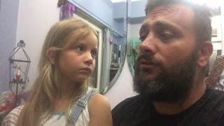 Μικρούλα και ο πατέρας της τραγουδάνε Ερωτόκριτο και Μικρή Αρετούσα και είναι υπέροχοι
