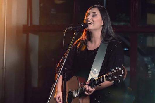 Thaiane Seghetto lança single