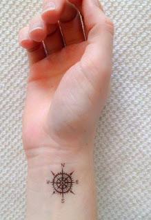 Tatuaje pequeño de brújula
