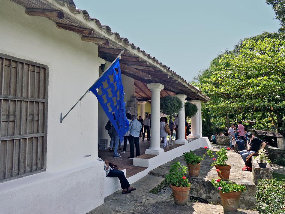 bandera azul en la hacienda la trinidad del proyecto camino al mar en la exposición caracas intervenida