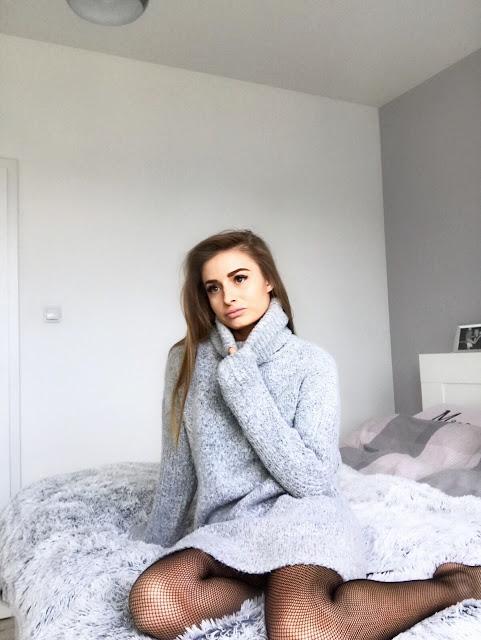 Sweater dress fishnets a'la Gucci shoes cygaretki rajstopy trends trend 2017 trendy tights sukienka sweterkowa sweter Guess wiosna moda modowy outfit buty mokasyny czarne fishnet tights