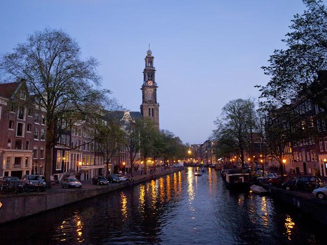 Vista del canal Prinsengracht, Amsterdam por la noche