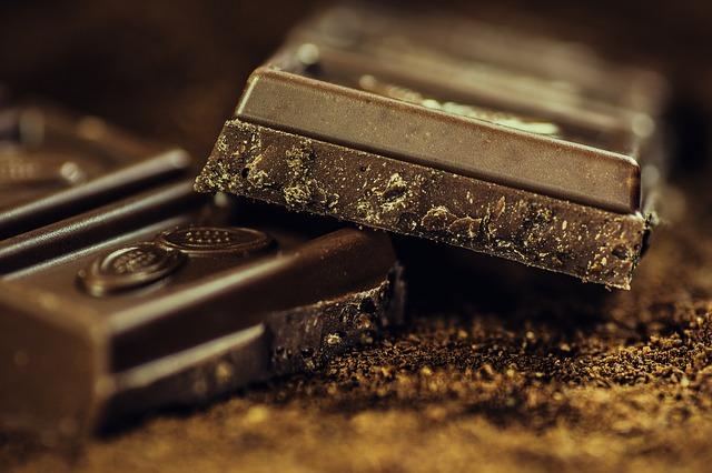 O chocolate é produzido com cacau, trazendo vários benefícios ou malefícios se consumido em excesso.