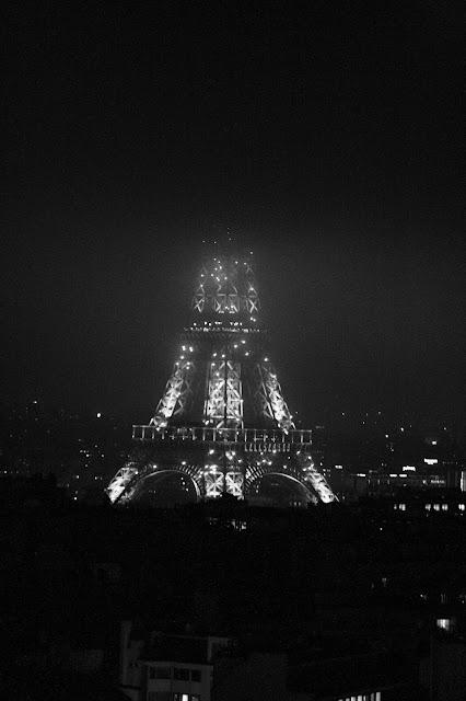 Eiffelturm bei Nebel