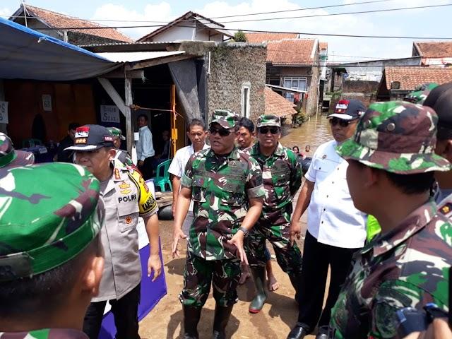 Menggunakan Perahu Karet, Kasdam III/Slw Kunjungi TPS-TPS Di Lokasi Banjir Dayeuhkolot