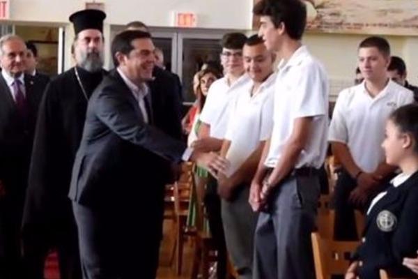 Μαθητής αρνείται να δώσει το χέρι στον Τσίπρα και του γυρνά την πλάτη