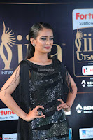 Akshara Haasan in Shining Gown at IIFA Utsavam Awards 2017  Day 2 at  06.JPG