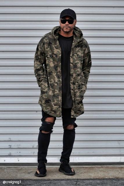 Look masculino com jaqueta camuflada militar