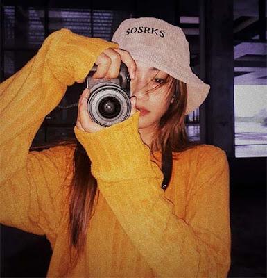 Aline Pertiwi Bawa Kamera