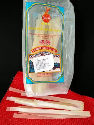NOODLES DE ARROZ ALIÑADOS CON ACEITE CALIENTE, AJO, AJETE Y GUINDILLA la cocinera novata receta cocina china pasta sin gluten celiaco vegetariano vegano celiaquia recetas para pobres gluten free pasta