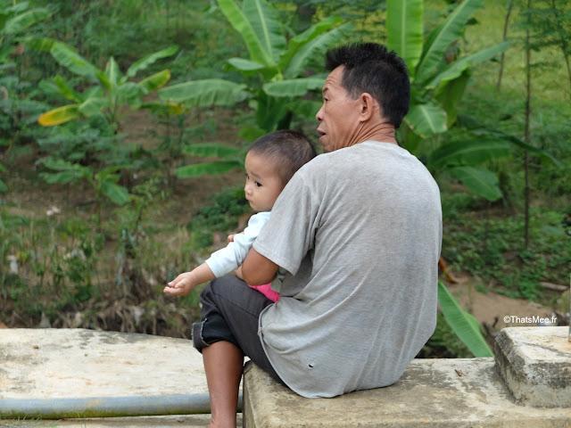mai chau thai blanc villageois grand pere et son fils