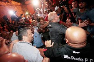 Lula se entrega e é levado preso