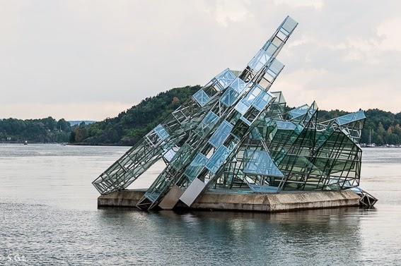 Fotografia de la escultura she lies