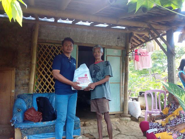 Agus Yanto dari Lazismu Jember saat pertama kali berkunjung kerumah Supardi