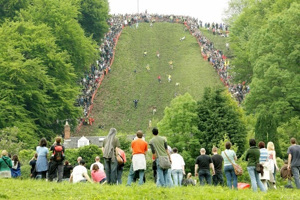 Cooper's Hill Peynir Yuvarlama Festivali hangi ülkede yapılmaktadır?
