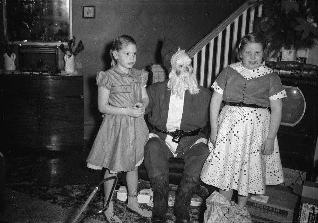 30 Vintage Photos Of People Wearing Strange And Creepy