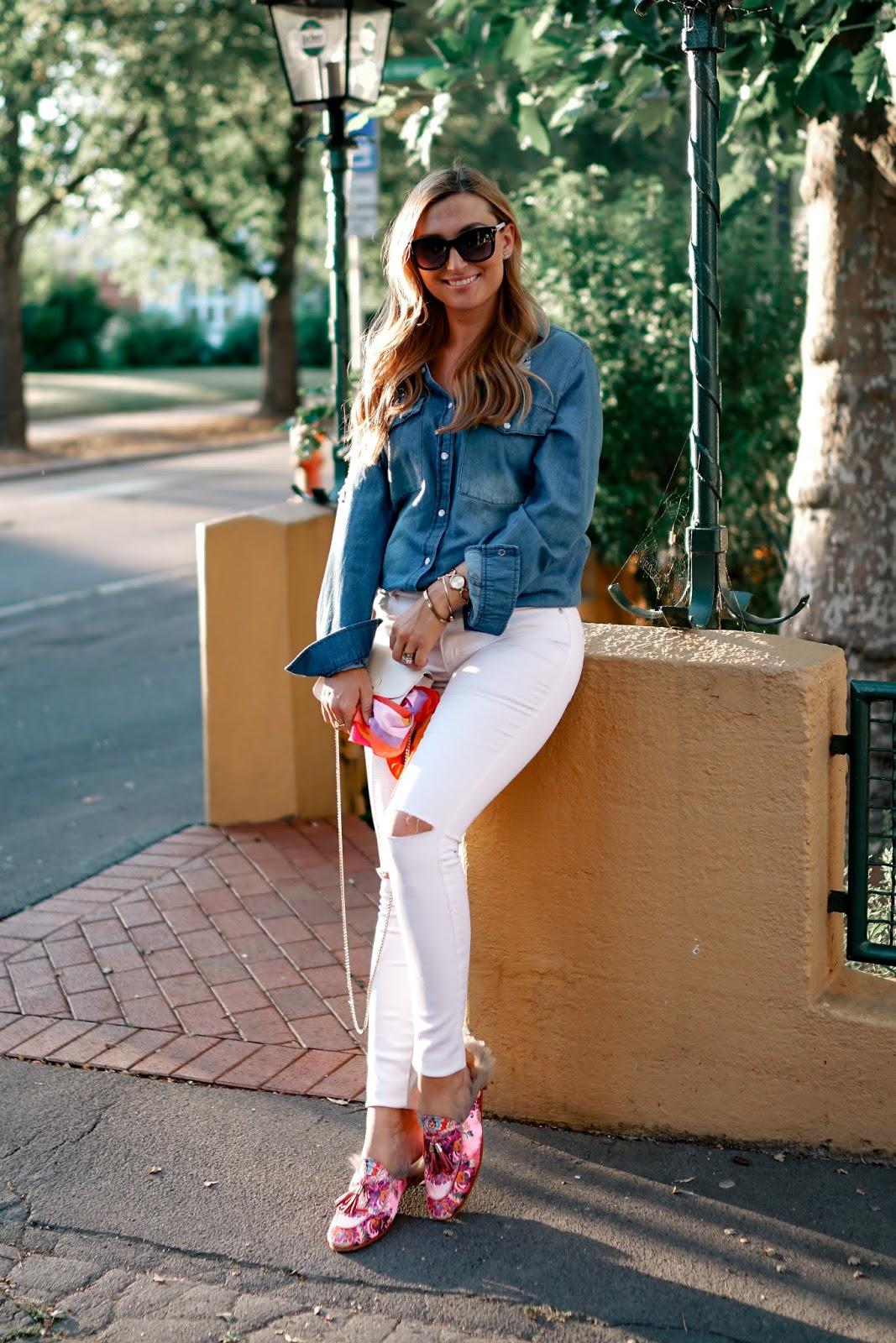 weiße-furla-tasche-kombinieren-Outfitinspiration-Herbst-Look-Jeansbluse-weiße-jeans-pantoletten-melvin-Hamiltion-fashionstylebyjoahanna-fashionblogger-aus-deutschland.jpg