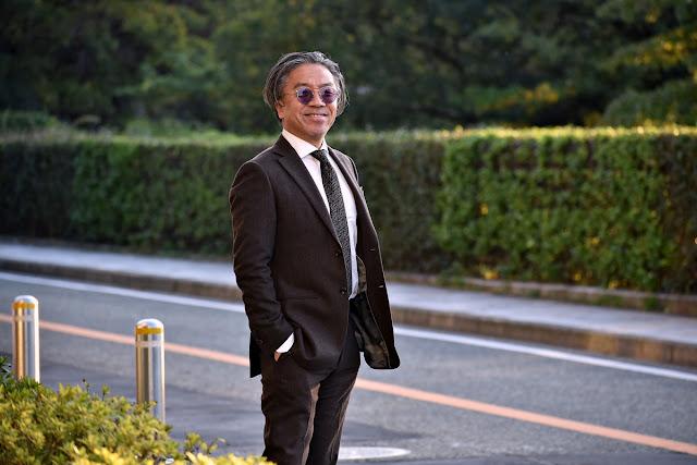 黒ネクタイと茶スーツのコーディネート