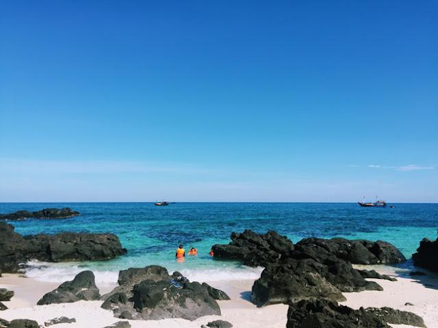 Sóng biển khá mạnh nên hầu hết du khách nào xuống biển cũng thuê áo phao để đảm bảo an toàn. Giá thuê áo là 10.000 đồng/áo không giới hạn thời gian thuê.