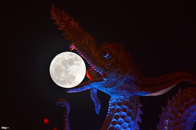 Mặt Trăng nằm lọt trong miệng rồng của bức tượng rồng tại hồ Tây, Hà Nội. Hình ảnh: Tiến Tuấn/Zing.vn.