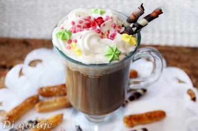 Wegańska kawa z napojem z orzechów macadamia i bitą śmietaną z mleka kokosowego