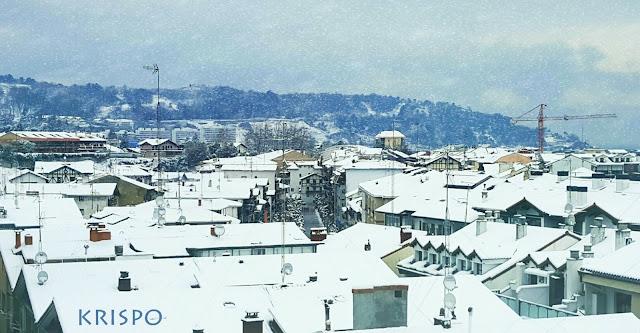 plano general de los tejados blancos por la nieve de Hondarribia