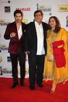 Varun Dhawan dengan ayahnya David Dhawan dan ibunya Karuna Dhawan
